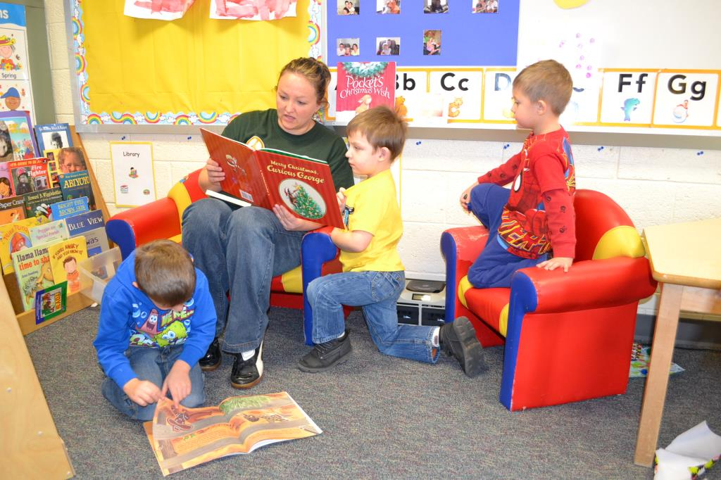 teacher reading to preschoolers